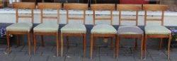 Een set van zes te restaureren en te herstofferen kersenhouten stoelen