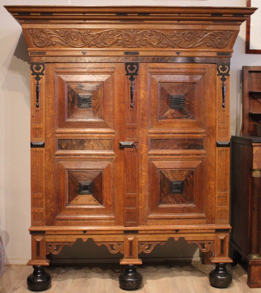 Omschrijving: eikenhouten kussenkast met platte kussens eiken met palissander  Afmetingen :  hg 173 x br 152 x d 60 cm  Herkomst : Nederland, 18de eeuw  Prijs : € 1950,-