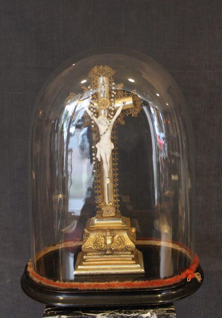 Houten crucifix met rozenkrans