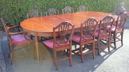 Mahoniehouten coulisse tafel met drie inlegbladen en 12 eetkamerstoelen