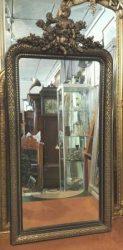 Spiegel met cherubijntje en oud glas